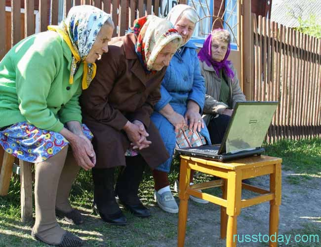 бабушки смотрят ноутбук