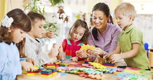 воспитатель и детки