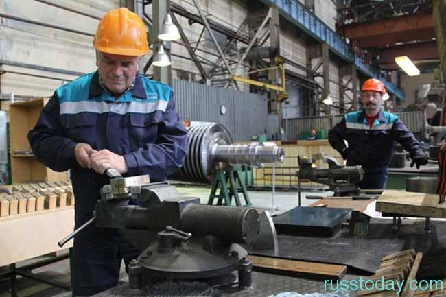 люди работают на производствве
