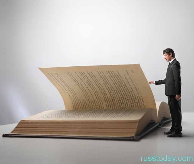 мужчина смотрит книгу