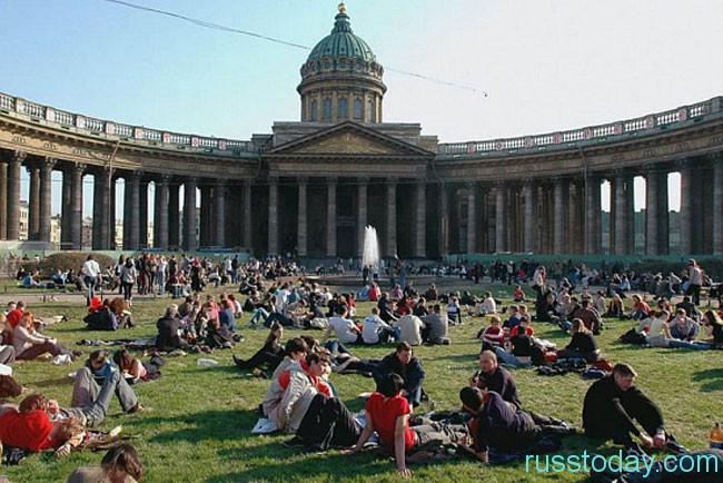население Санкт-Петербурга на 2018 год составляет примерно 3 млн. человек