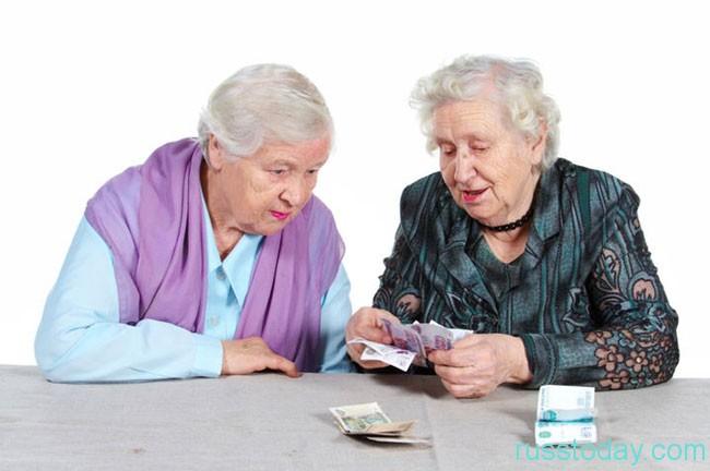 бабушки считают деньги