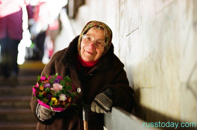 бабушка в переходе с цветами