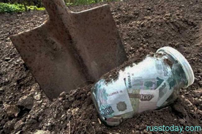закапываот в землю банку с деньгами
