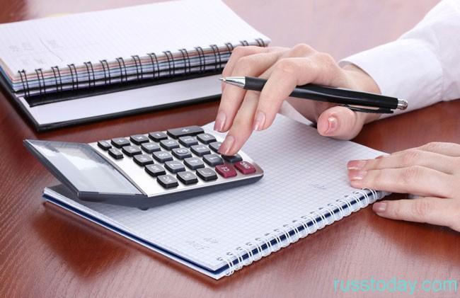 рука и калькулятор