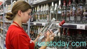 девушка покупает алкоголь