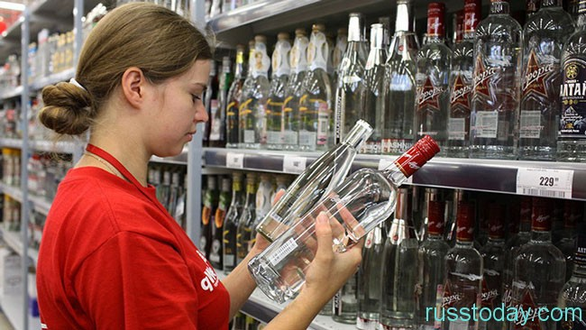 девушка продает алкоголь