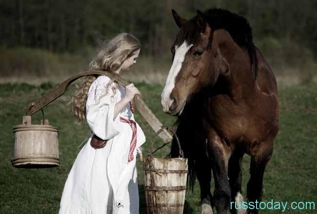 Девушка с ведрами и лошадь