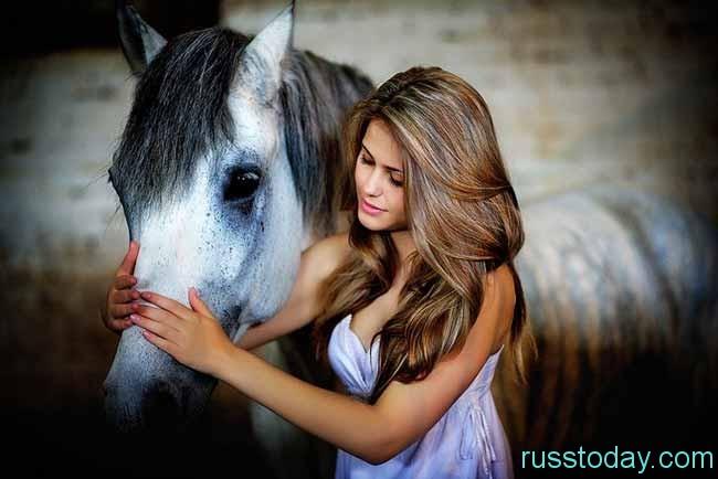 красивая девушка и лошадь