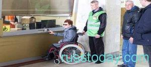 соцработники с инвалидом