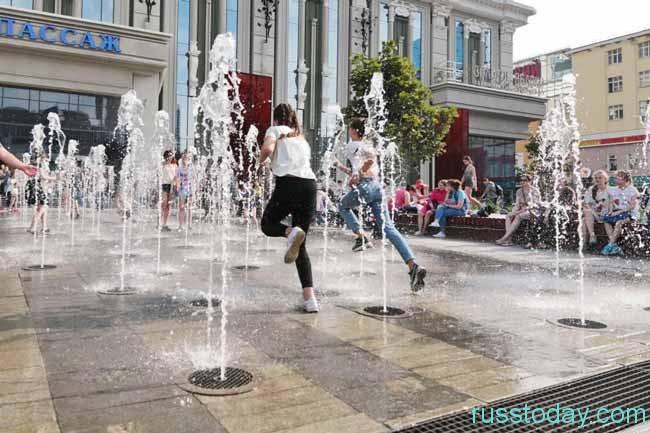 дети бегают по фонтанам