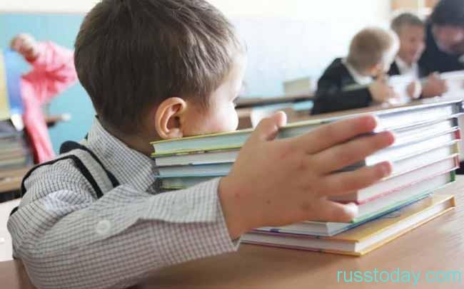 мальчик с учебниками