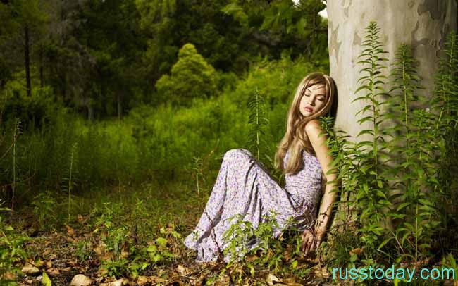 красавица среди деревьев