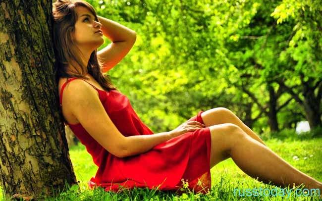 красивая девушка и дерево