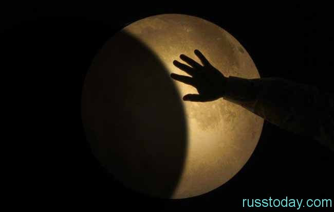 рука и луна