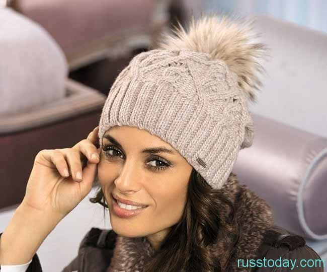 шапка с помпоном из меха