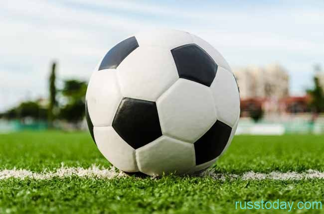 мечтает стать настоящим футболистом