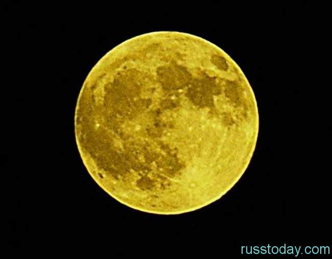 на небосводе засверкает ярко-желтое полнолуние