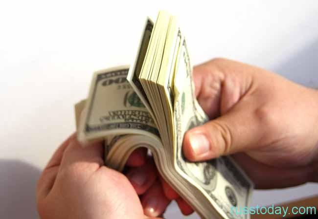 В последнее время россияне все меньше доверяют отечественной валюте