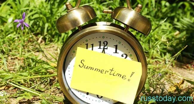 переводить все часы на летнее время