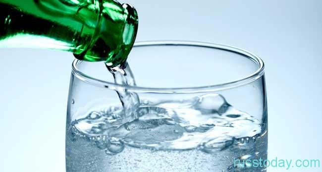 Пить побольше обычной воды без газов
