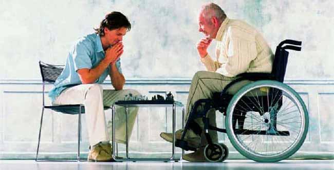 Человек в инвалидной коляске.