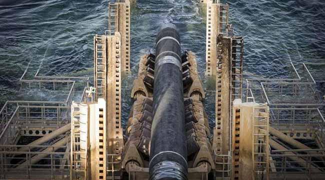 Нефтеплатформа в море.