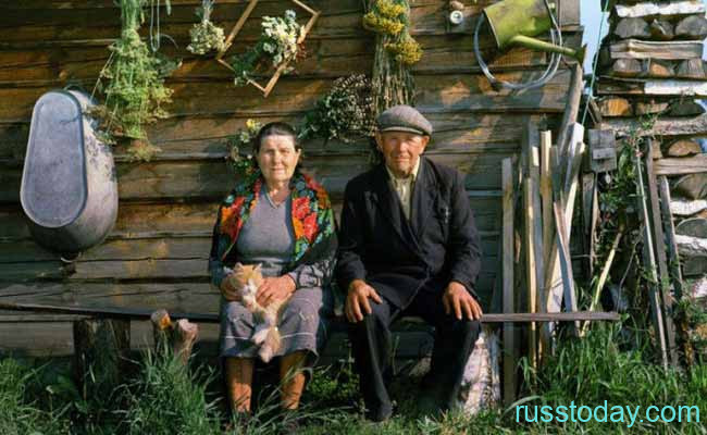 Пенсионеры возле хаты