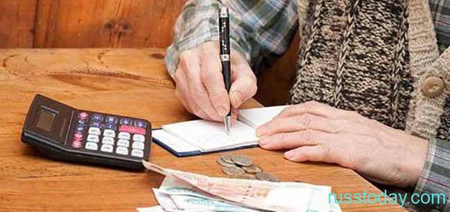 Пенсионерка подписывает субсидию на льготы