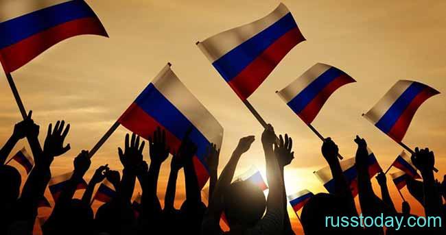 Флаги России на фоне заката