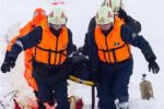 Спасатели МЧС помогают пострадавшему