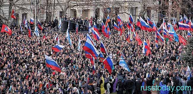 Толпа Россиян с флагами