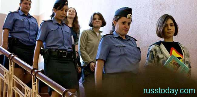 Конвой ведет заключенных