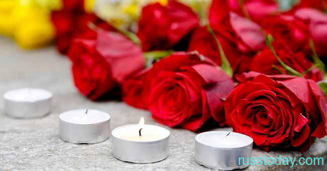 Цветы и свечи в память о погибших