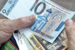 Беларуские рубли в руках пенсионера
