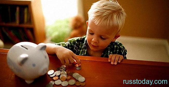 Ребенок играется с монетами