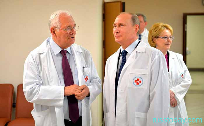 Путин в медицинском халате